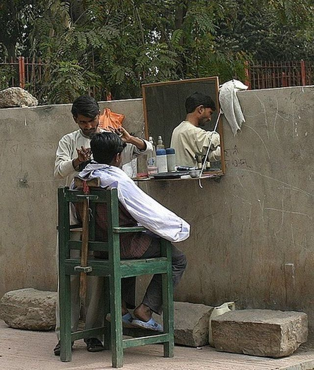 Street hairdressers in India (10 pics)