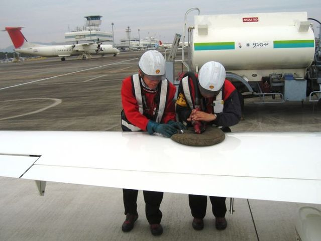 How do they put fuel into a plane in Japan and China (3 pics)