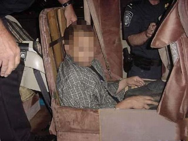 How do they transport an illegal immigrant (4 pics)