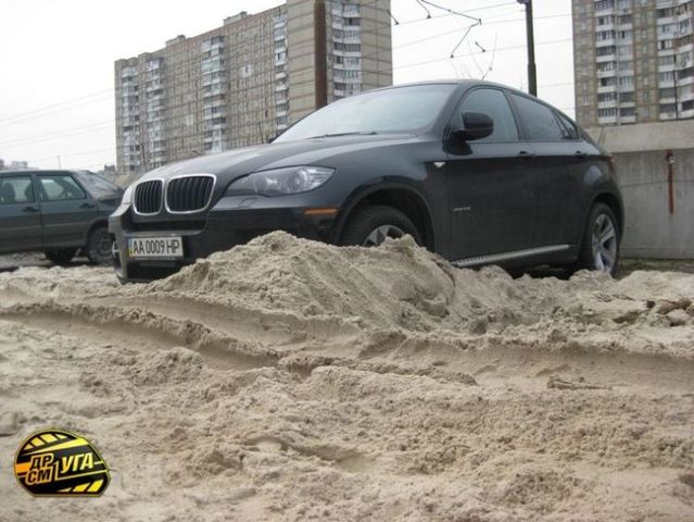 Parking lot was flooded and covered with sand (7 photos)
