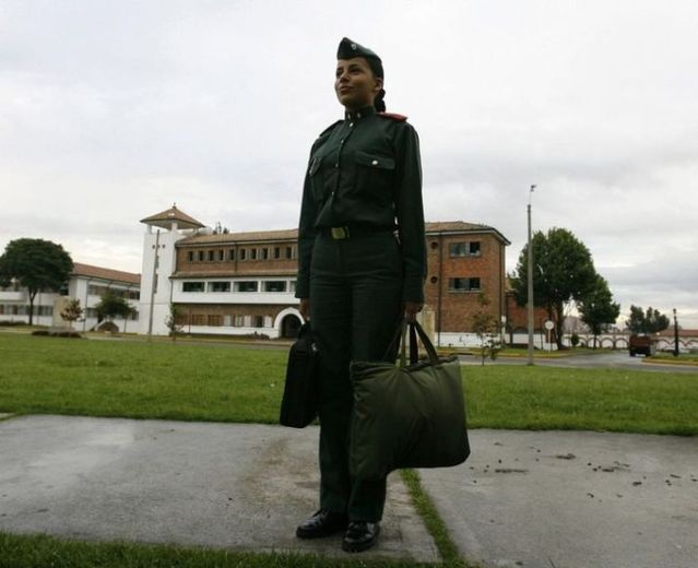 Girls in military school of Colombia (13 pics)