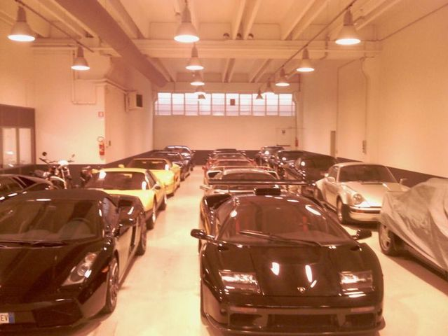 One inconspicuous garage (30 pics)