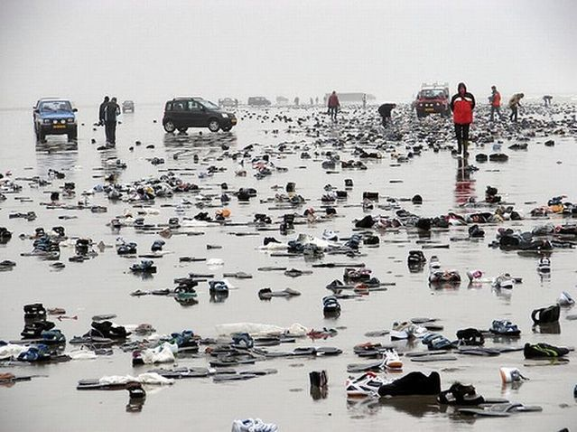Lots of sneakers on the shore (33 pics)
