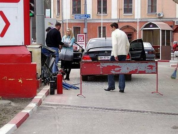 How a blonde refuelled her car (4 pics)
