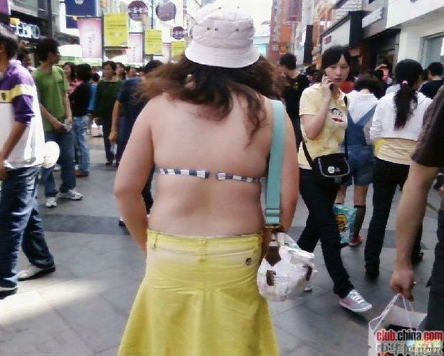 The girl was walking in the street ... in China (6 pics)