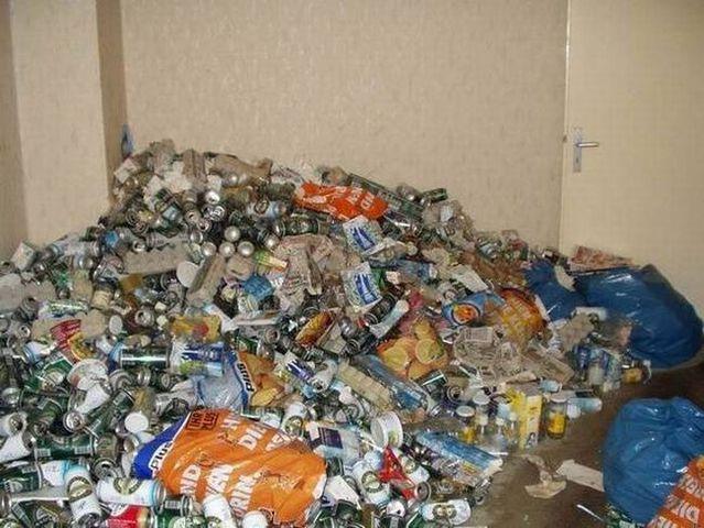 Apartment of a drunkard (13 pics)