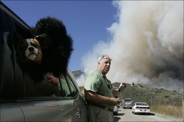 Fierce winds fuel Southern California wildfires (28 pics)