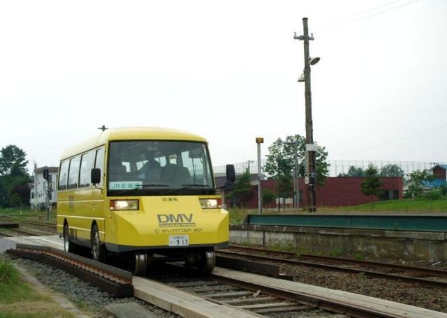 Bus that moves along a rail track (14 pics)