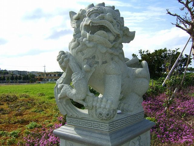 Very interesting lion statue (4 pics)