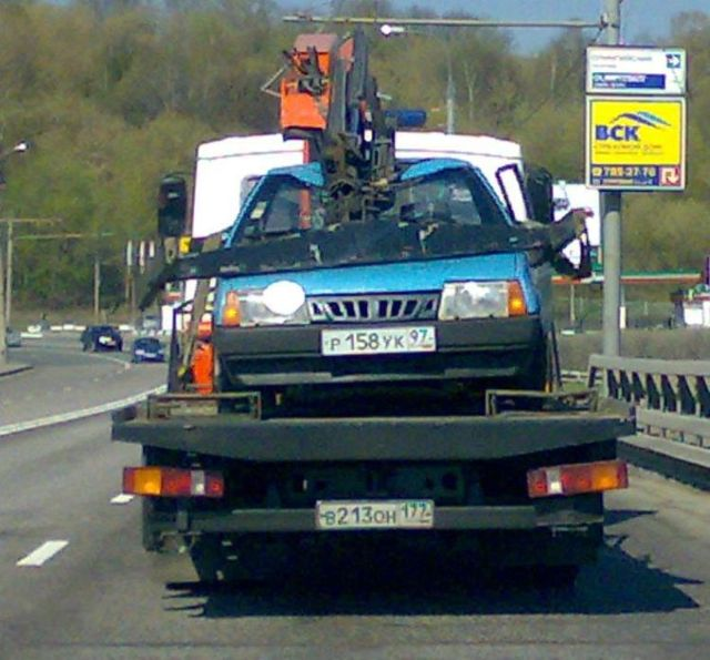 How tow trucks transport vehicles in Russia (5 pics)