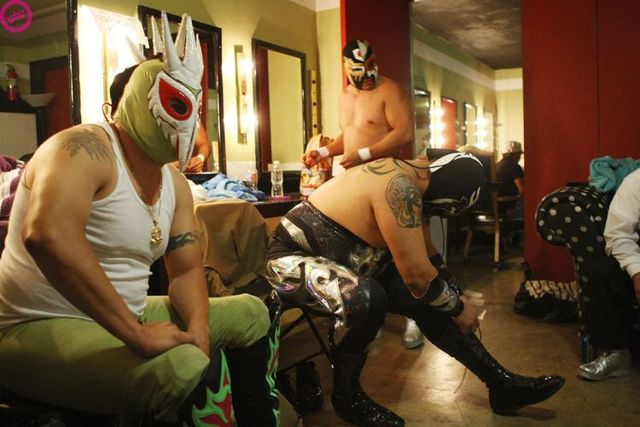 Mexican wrestlers! (19 pics)
