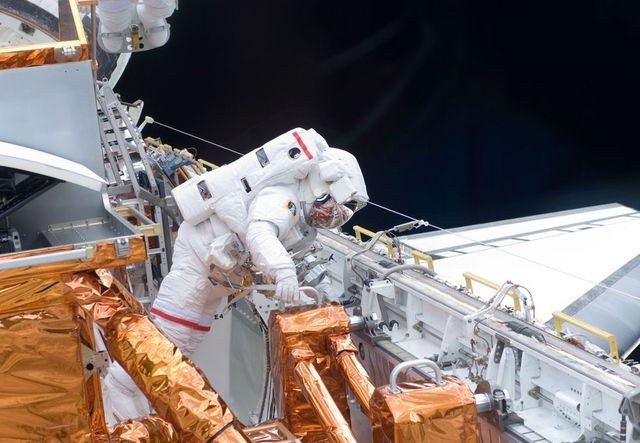 Repair of Hubble telescope (16 pics) - Izismile.com