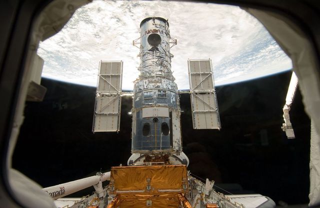 Repair of Hubble telescope (16 pics)