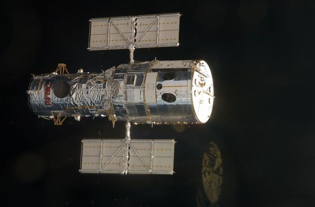 Repair of Hubble telescope (16 pics)