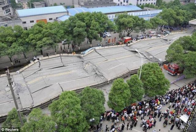 Road collapse in China (14 pics)
