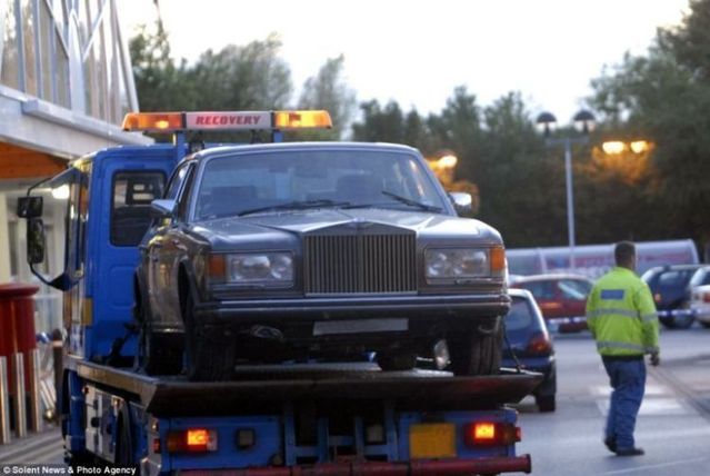 He « entered » in a supermarket on a Rolls-Royce (5 pics)