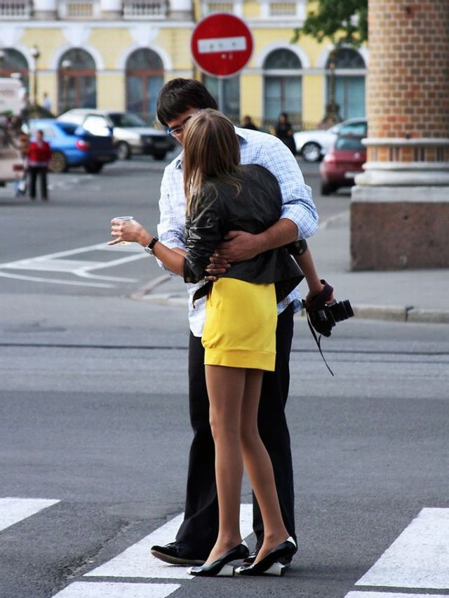 Photographer in a yellow skirt (7 pics)