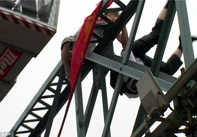 Passer by pushed a suicidal person off the bridge (5 pics + 1 video)