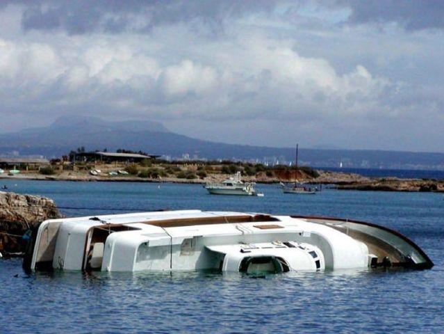 Sunken yachts (34 pics)