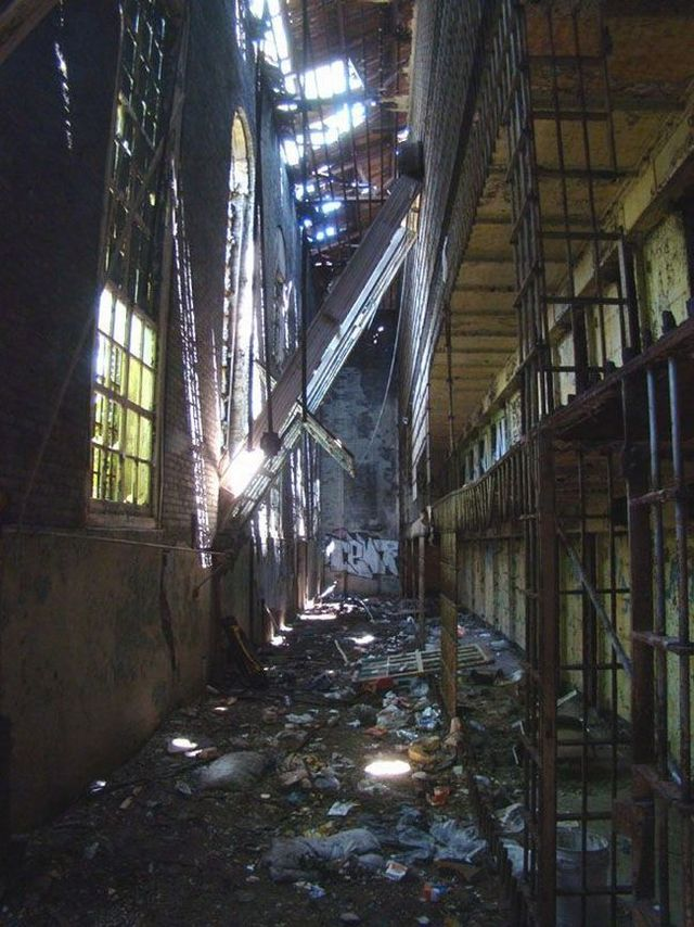 Photos of an abandoned prison (46 pics)
