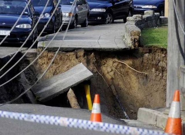 Big hole formation on the road in Sydney (12 pics)