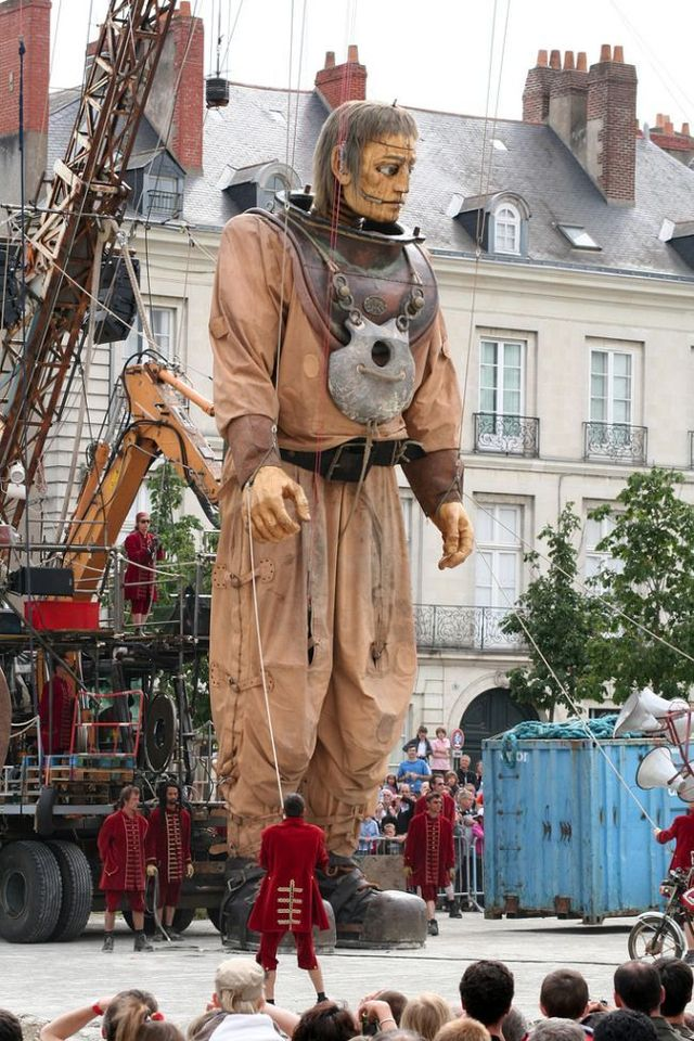 Giant marionettes (32 pics)