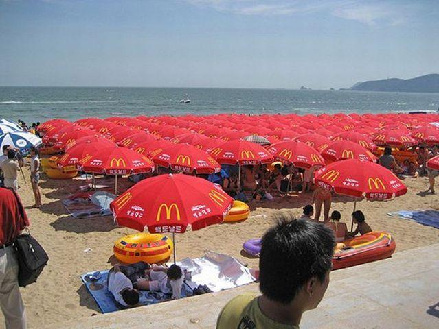100.000 people on one beach (12 pics)