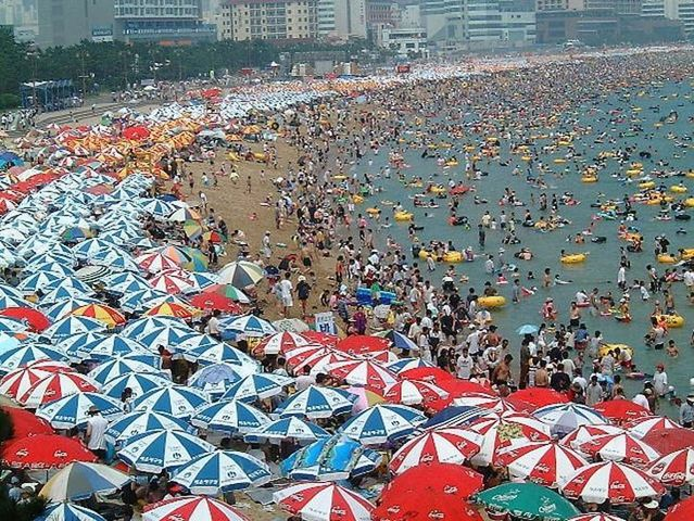 100.000 people on one beach (12 pics)