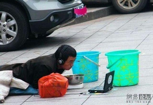 Chinese beggar (2 pics)