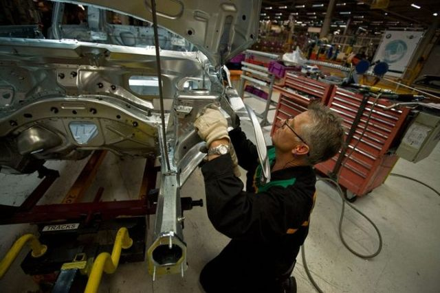 The assembly of Mini cars at Oxford's factory (23 pics)