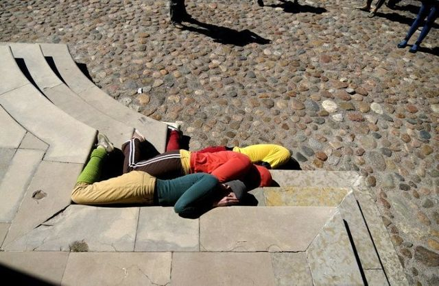 Live sculptures in urban spaces (22 pics)