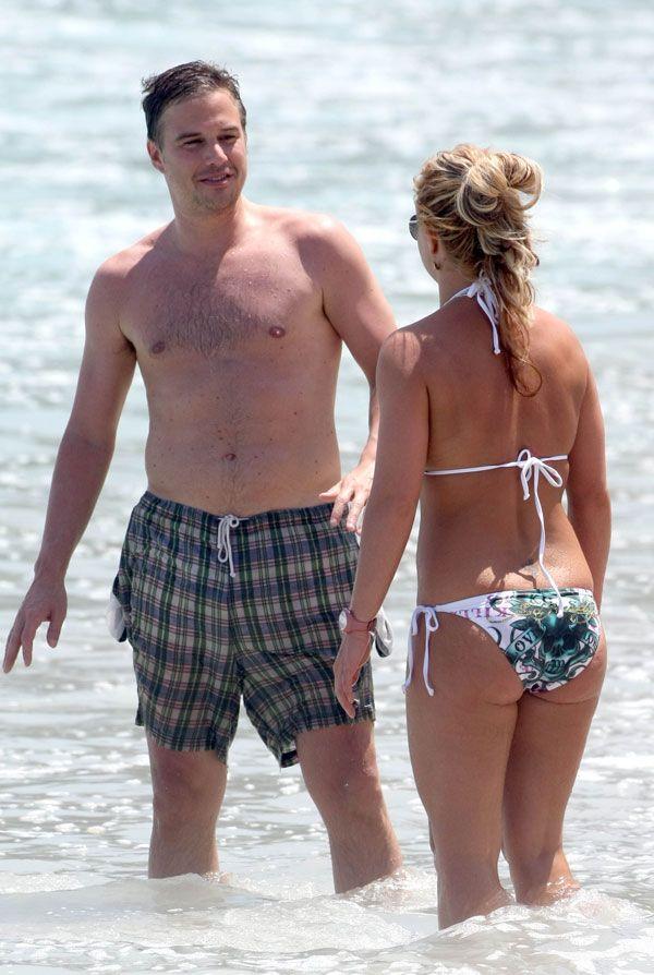 Britney Spears in bikini on the beach (7 pics)