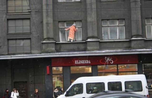 Déjà vu. Washing the windows can be dangerous (6 pics)