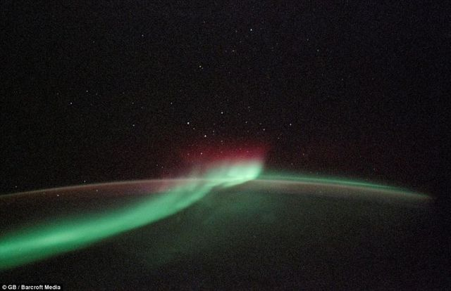 Astonishing pictures taken from space reveal the full beauty of auroras (6 pics)