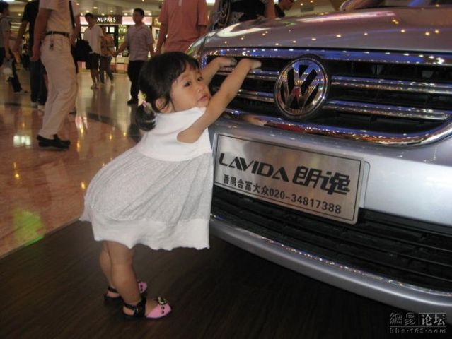 Very cute girl on car show (5 pics)