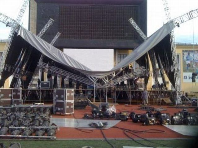 Stage roof collapsed in Moscow (7 pics)
