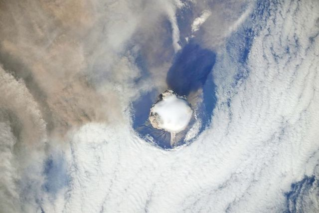 Volcanic eruption seen from the ISS (9 pics)