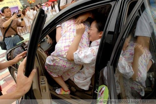 How many people can you put in a car in China? (5 pics)