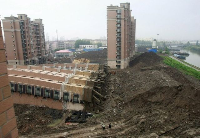 Apartment building fell down in China (12 pics)