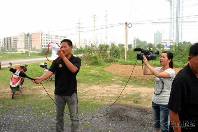 How they film the news in China (7 pics)