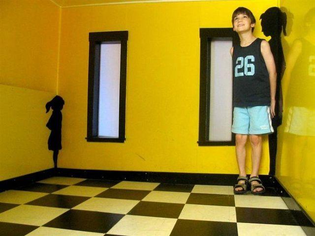 Secret of the Ames Room (8 pics + 1 video)