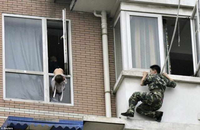 Brave rescuer (7 pics)