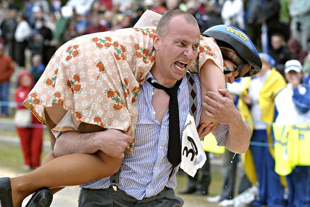 Wife Carrying Championships 2009 (15 pics)