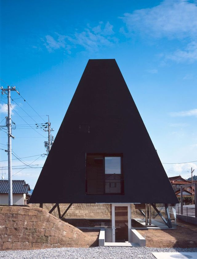 Jet black pyramid as home in Saijo, Hiroshima (18 pics)