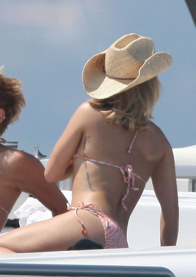 Hayden Panettiere lathering herself in lotion on a boat (15 pics)