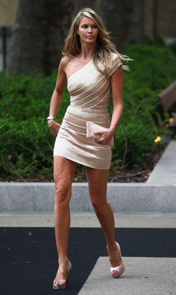 Elle MacPherson shows off her long legs (7 pics)
