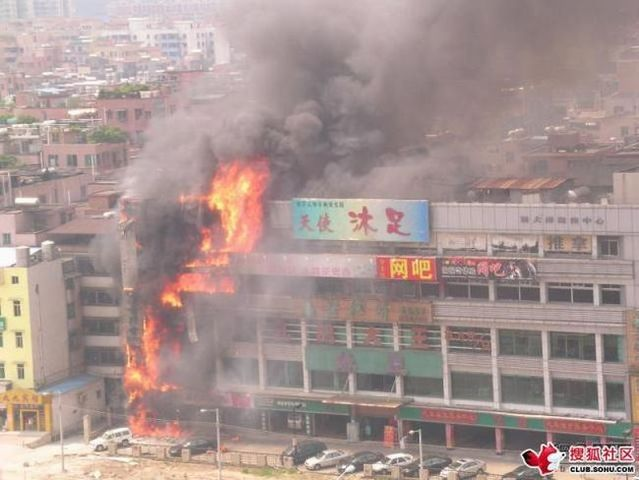 How a mall was burning (9 pics)