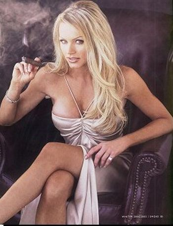 25 sexy female celebrities smoking cigars (25 pics)