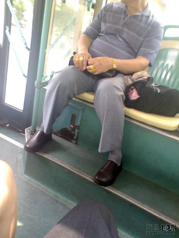 Rich Chinese guy on the bus??? (4 pics)