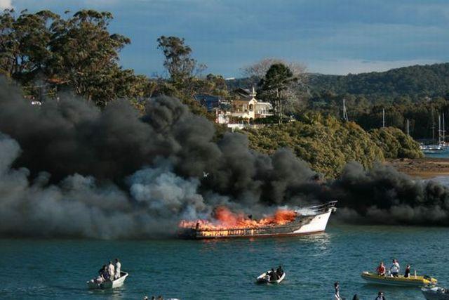 Smoke on the water near Sydney (7 pics + 1 video)